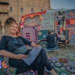 Annalisa Venturini in Piazza Sordello con la roulotte di Intrecciamoci